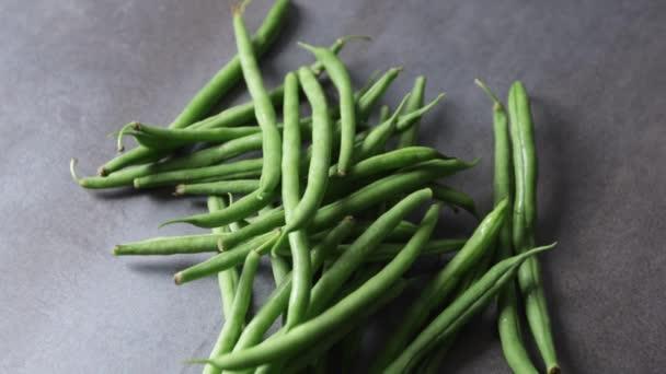 frische grüne Bohnen auf grauem Grund