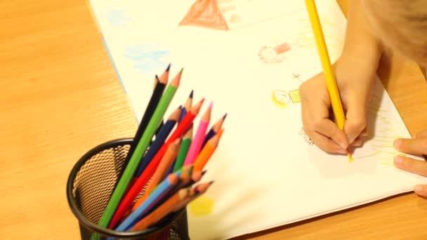 Dětská kresba rodiny. Detailní záběr