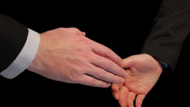 Detailní záběr obchodníků, jak si potřásají rukama. Potřesení rukou po úspěšném vyjednávání