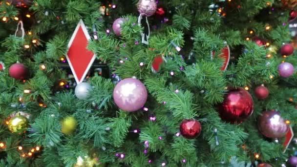 Krásně zdobené vánoční strom v obchoďáku