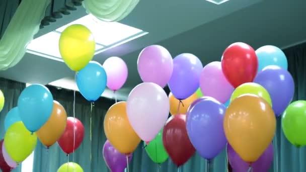 Barevné balónky a místnost
