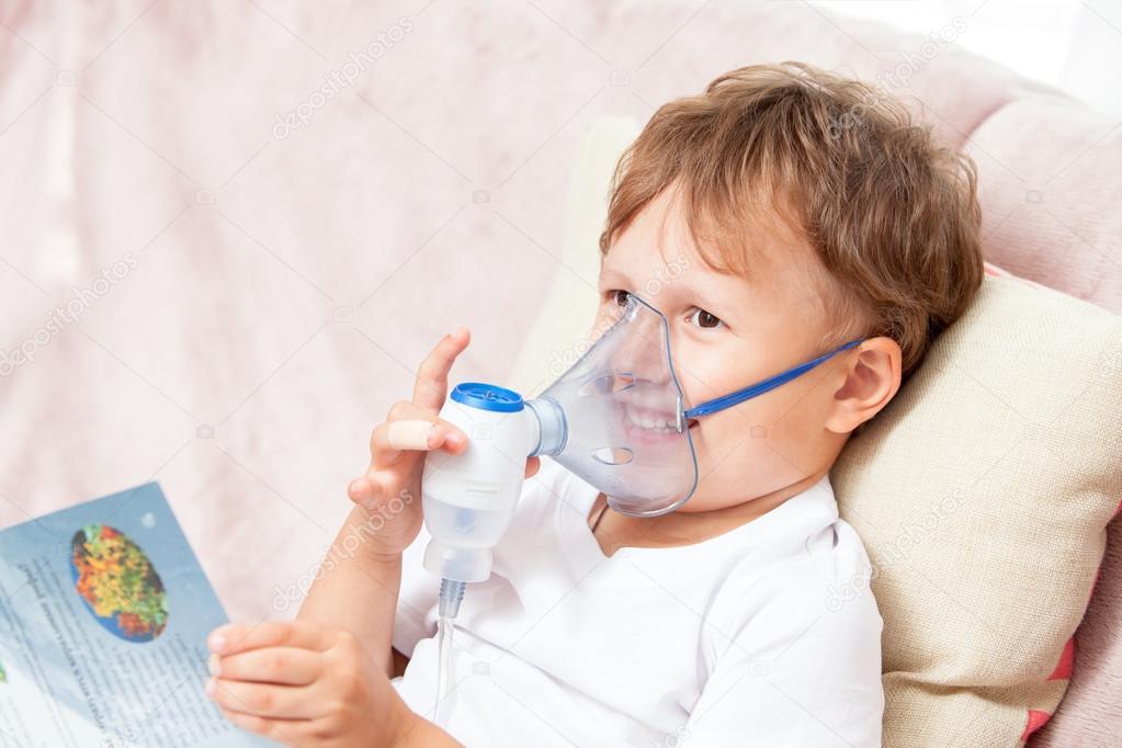 Garçon, rendant l'inhalation avec un nébuliseur à la