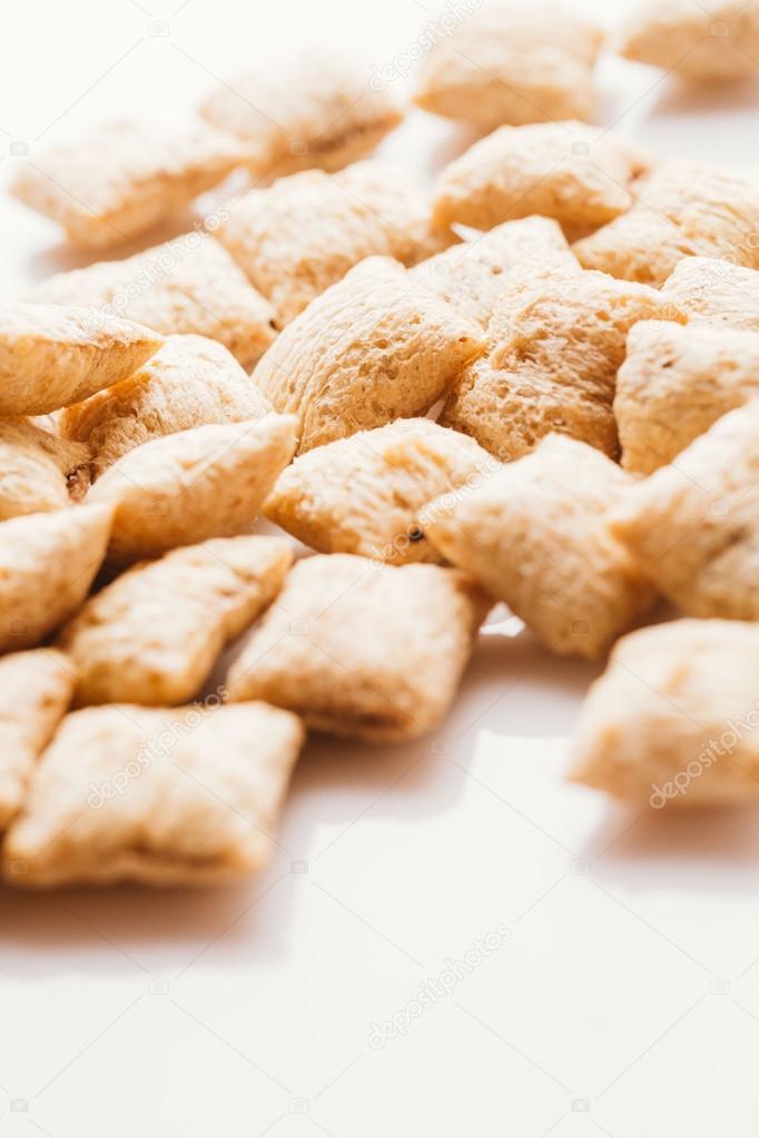 Almohadas de cereal con relleno en el fondo blanco del chocolate foto de stock skhayriddinov - Relleno de almohada ...