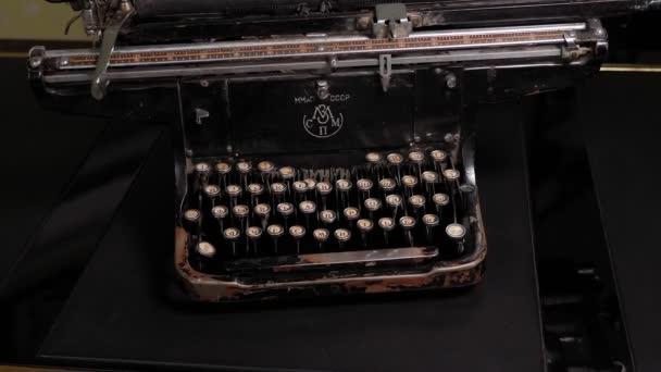 DONETSK, UKRAJINA - 9. prosince 2020: Detailní záběr na retro psací stroj. Rok.