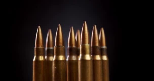 Goldgewehrmunition auf schwarzem Hintergrund