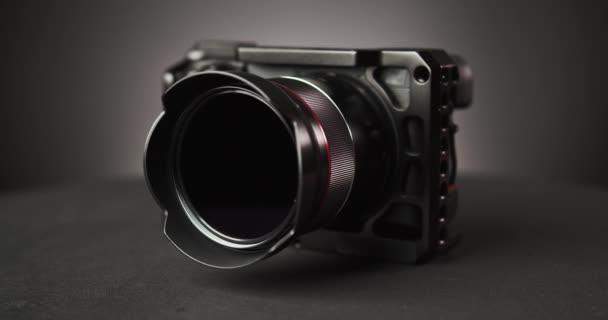 rotierende Fotokamera über schwarzem Hintergrund