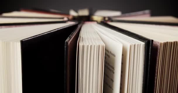 rotující krásné staré knihy s černými a hnědými obaly
