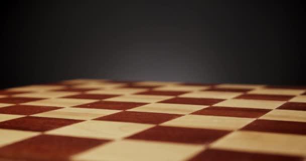 krásná dřevěná šachovnice na černém pozadí