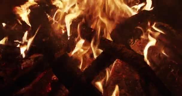 nagy lángok egy tábortűzből éjszaka