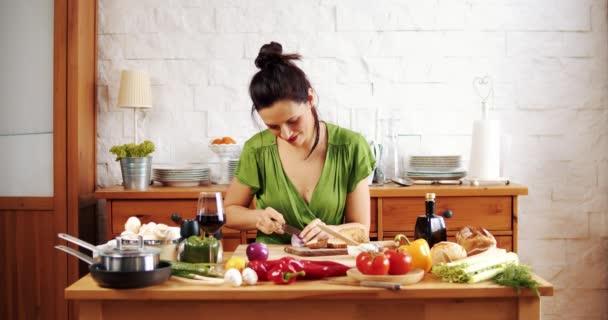 Krásná žena připravuje lahodné jarní jídlo z čerstvé zeleniny
