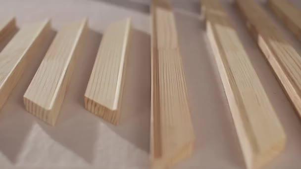 doghe in legno sul tavolo