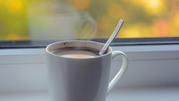 horké ranní kávu