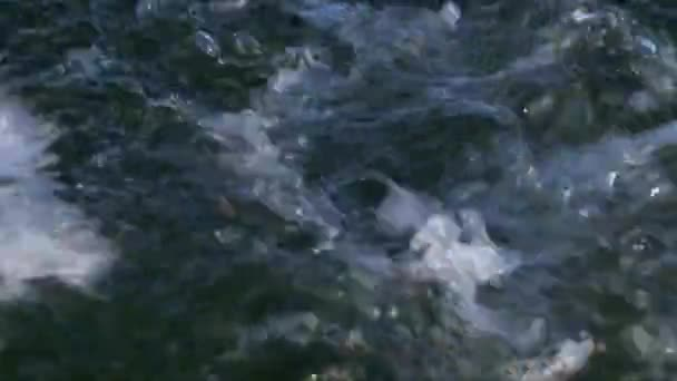 stříkající vodě bubliny vzduchu, vlny za motorový člun, jezerní vody
