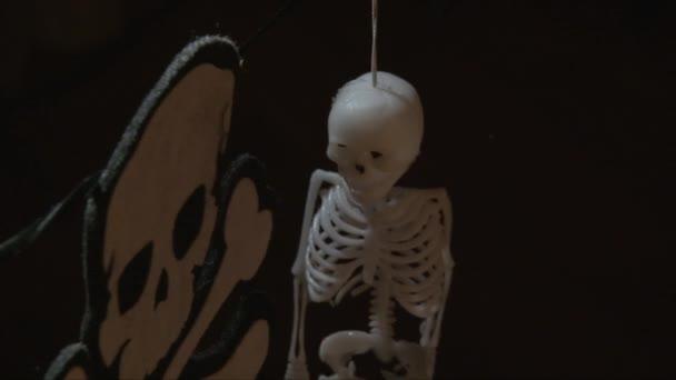 Chiuda in su di Crossbones e decorazioni di scheletro