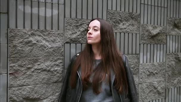 Dívka stojící na ulici, čeká na někoho