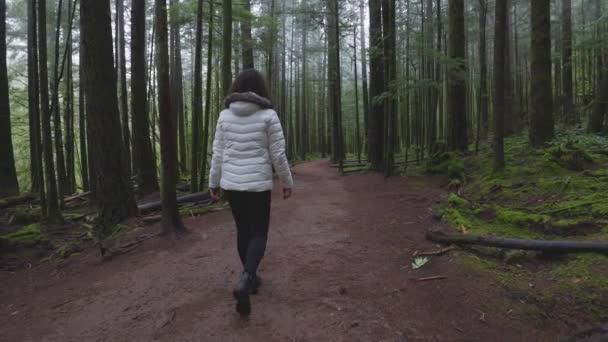 Красивая Брюнетка Отдыхает В Лесу