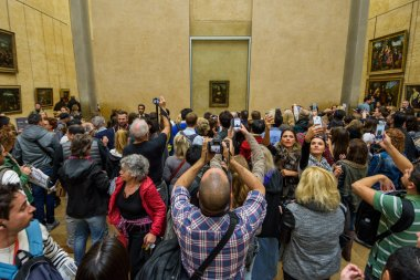 people in Louvre museum