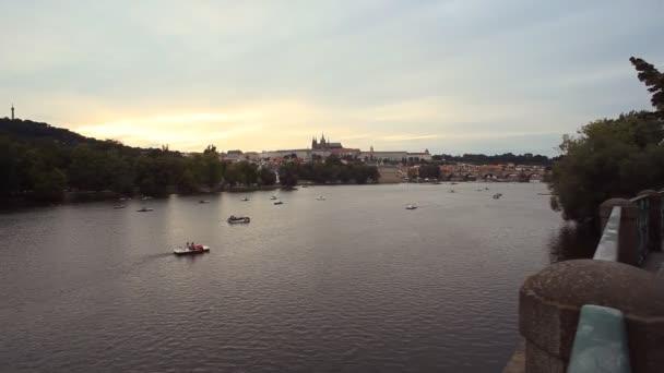 Panoramatický pohled na Pražský hrad, Karlův most a řeka Vltava