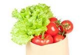frische gesunde Lebensmittel in einer Papiertüte