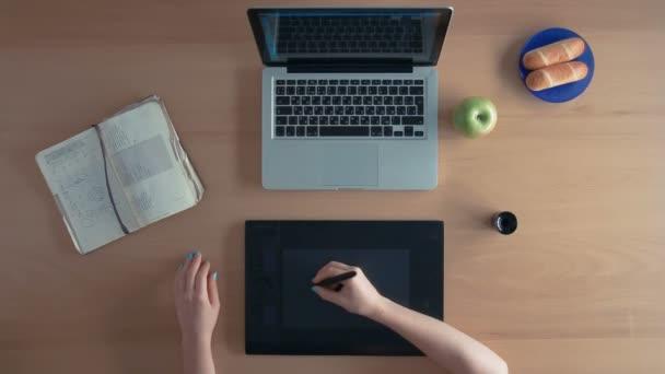 Pohled shora návrháře žena nebo illustrator používá její grafický tablet a notebook vytvoření digitálního návrhu