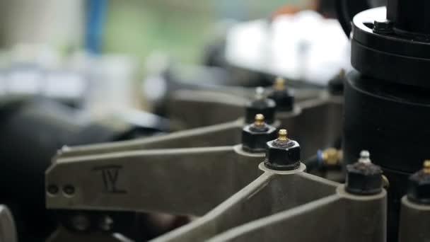 Část vybavení pro výrobu. Detailní zpracování uvnitř rostlin