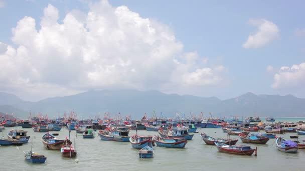 Lodě a lodě pro rybaření u jezera