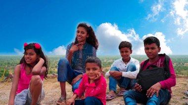 Tatil gezisindeki küçük çocuklar selfie çekiyorlar. Okul çocukları neşeli gülen yüzleriyle çocukluk anılarının tadını çıkarıyorlar..