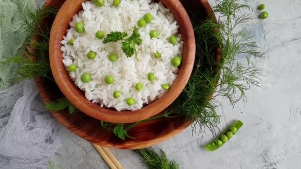 Reis mit grünen Erbsen, Zeitlupe
