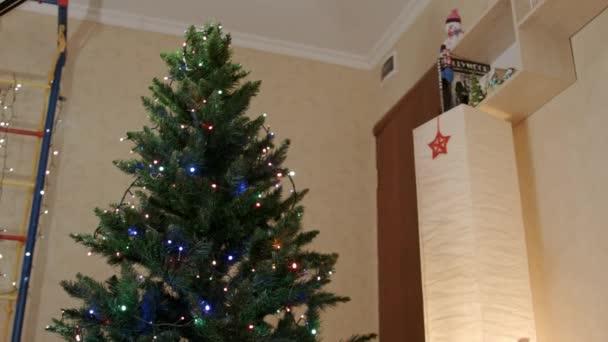 Újévi fa a közepén a nappali lámpa füzér