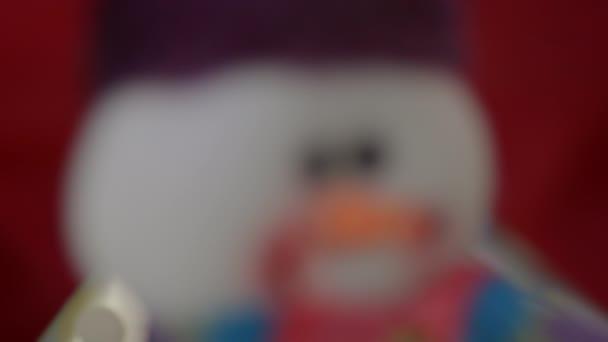 Sněhulák pod stromeček nový rok na červeném pozadí detail