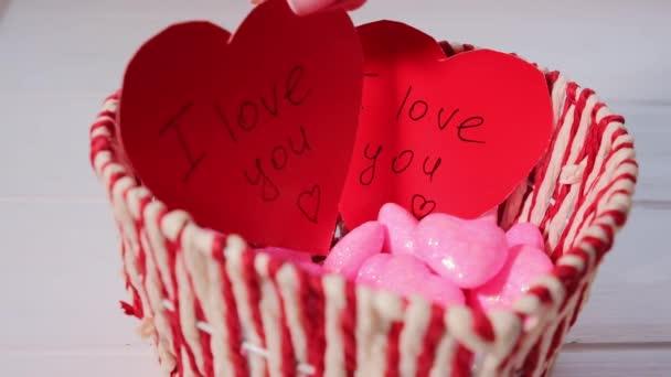 Dámské ruce dělat červené karty srdce na Valentýna. Valentines day concept.