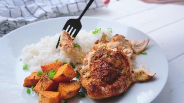 Pečená kuřecí prsa s rýží a sladkými brambory na bílém talíři. Koncept stravy.