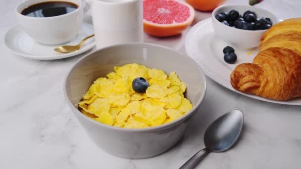 Reggeli főzés - gabonapehely bogyóval és tejjel.