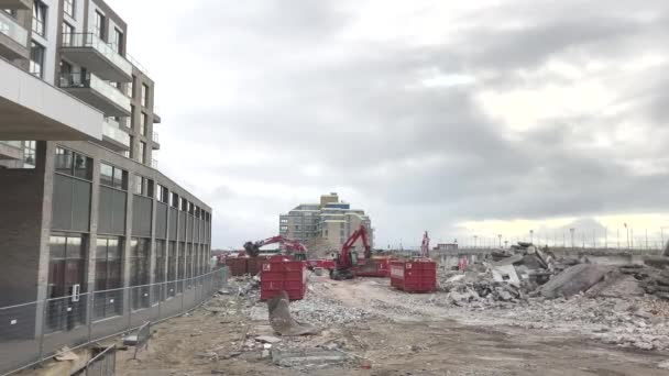 Kijkduin, Haag, Nizozemsko - 16. března 2021: zadní nakladač motyček a rypadla na výstavbu nových budov Kijkduin na pláži Boulevard