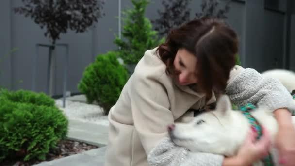 Boldog nő 30-as, ölelkező kutya. Ifjú hölgy kutyával. Gyönyörű ember kutyus