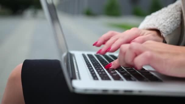 Női üzleti koncepció, notebook számítógéppel a szabadban. nő írás blog.