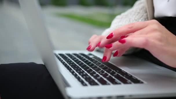 Ženské prsty mačkají klávesy na současném notebooku. Práce na počítači.