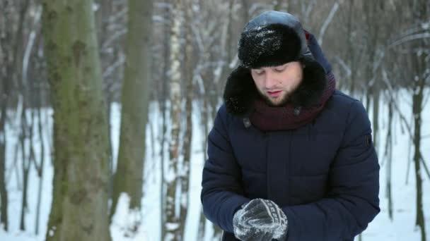 Egy pár hógolyózik. Téli móka. Ember játszik dobált hó barátja arcát
