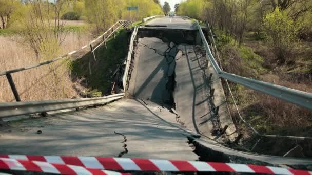 Padající součástky a vybavení, nebezpečí. Poškozené silnice na starém mostě. Rozbitá cesta
