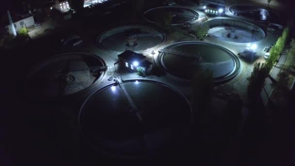 Luftaufnahme einer modernen Kläranlage mit runden Becken zur Reinigung von Abwasser