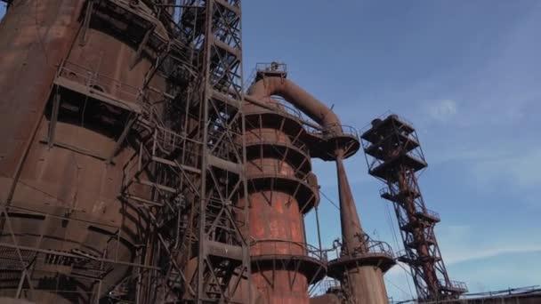 Hochofenanlagen einer verlassenen Hüttenfabrik mit großen eisernen Tanks und Rohren