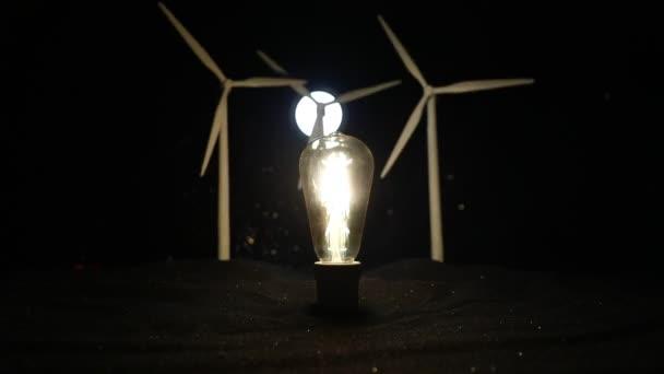 Elektrická energie v přírodě nebo koncepce čisté energie. Větrné turbíny produkující alternativní energii. Kreativní dekorace s malou miniaturou
