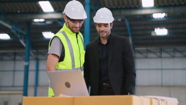 Sikeres munkahelyi partneri kézfogás, amely a projekt sikerét mutatja .