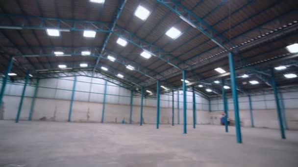 Üres raktár vagy gyár széles látószöge