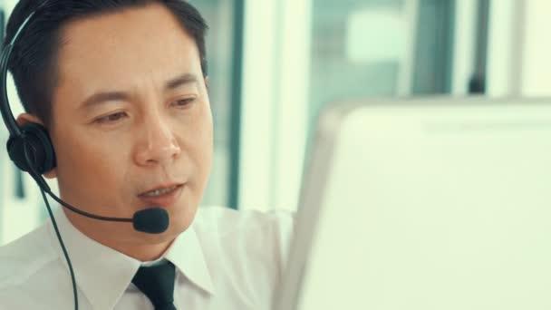 Podnikatel ve sluchátkách aktivně pracuje v kanceláři