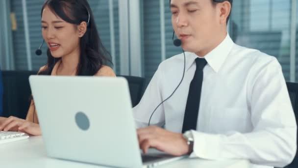 Geschäftsleute mit Headset arbeiten aktiv im Büro
