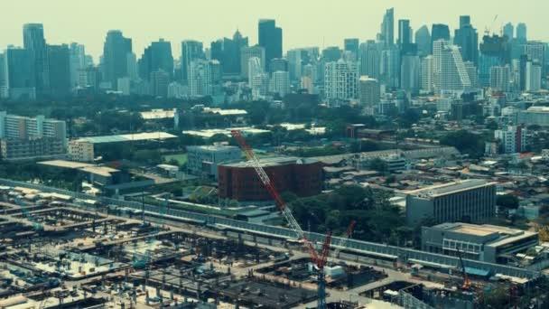 Blick auf Stadtbild und Baustelle in der Metropole