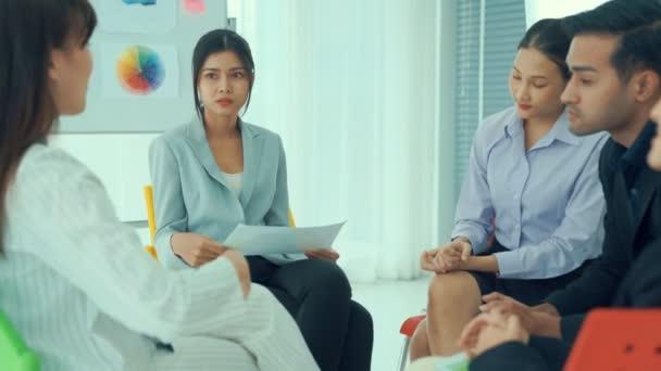 Podnikatelé odborně diskutovat o pracovním projektu, zatímco sedí v kruhu