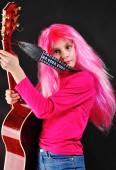Dospívající dívka s růžovými vlasy, hrát na kytaru