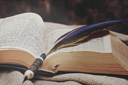 Photo pour Ouvert la Sainte Bible avec plume stylo à encre - image libre de droit